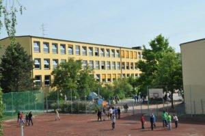 Das Schulgebäude und der Sprotplatz