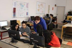 Schüler arbeiten in einer Gruppe vor dem PC