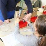 Schülerinnen bei handwerklichen Arbeiten