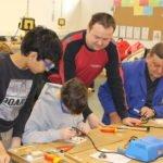 Schüler bei handwerklichen Arbeiten