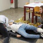 Erste Hilfe Kurs Behandlung von verletzter Schülerin