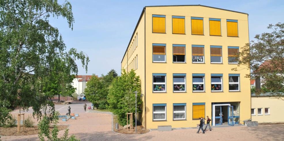 Foto vom gelben Schulgebäude