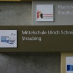 Schild mit logo der Mittelschule Ulrich Schmidl