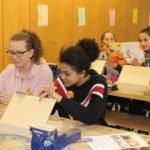 Schüler beim Arbeiten mit Holz
