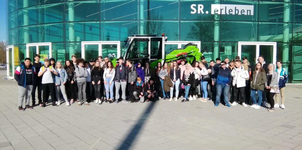 Gruppenfoto mit Schülern vor Jeseph von Frauenhofer Halle